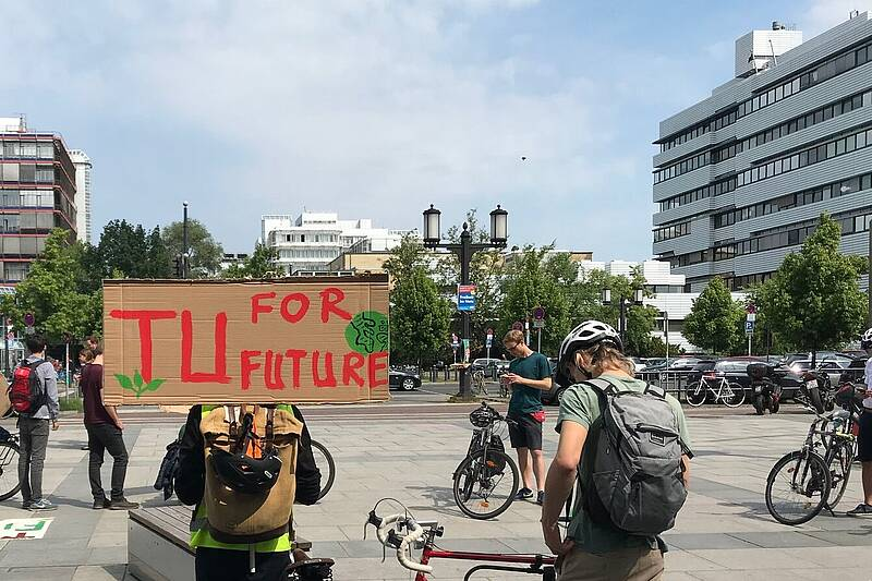TU Berlin members demonstrating