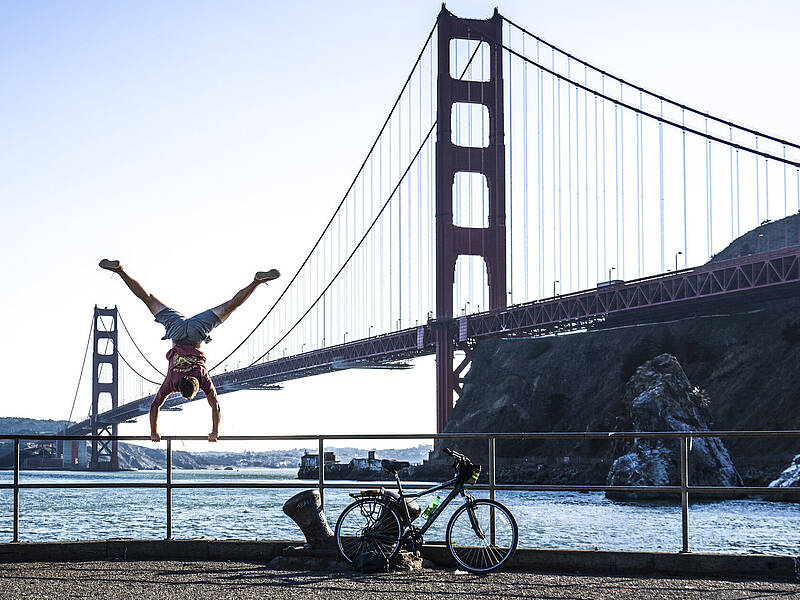 Yannic Scholtyssek doing a handstand in front of Golden Gate Bridge