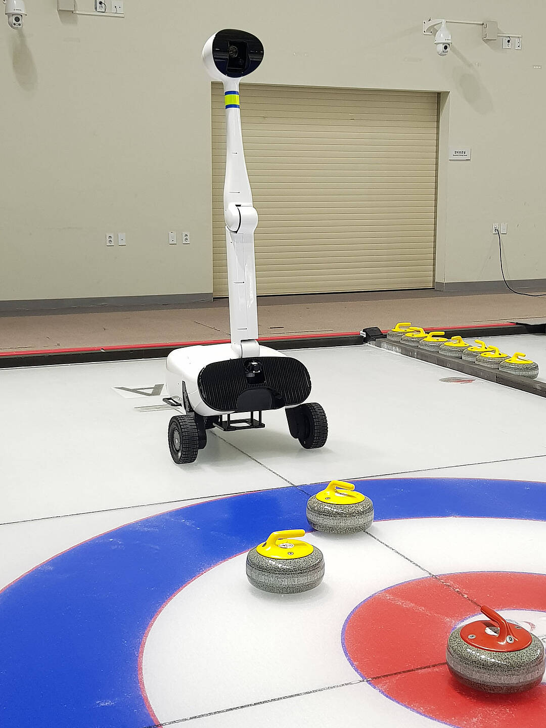 Curling Roboter Curly auf dem Eis