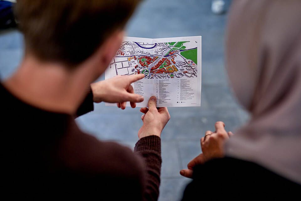 Two persons with a map of the TU Berlin campus